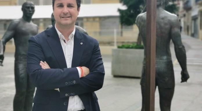 Eduardo García-Ontivares posando en el Ayuntamiento de Elche / Cs Alicante Provincia