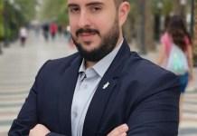 Mario Ortolá, alcaldable de VOX en Alicante posando en La Explanada / VOX Alicante