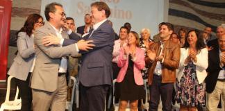 Sanguino y Puig dándose un abrazo en la presentación del alcaldable socialista /Información de Alicante.