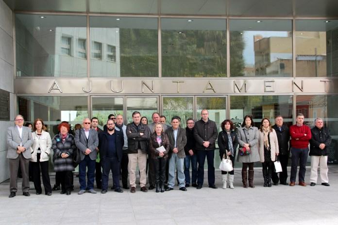 Los concejales del Ayuntamiento de San Vicente guardando un minuto de silencio en la fachada del organismo municipal / Ayuntamiento de San Vicente