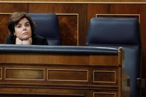 Soraya Sáenz de Santamaría junto al escaño vació de Rajoy en la moción de censura/ El Mundo.