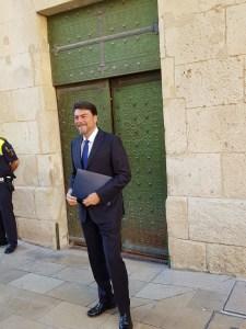 Luis Barcala entrando sonriente al pleno de su investidura / Alex Ferrer