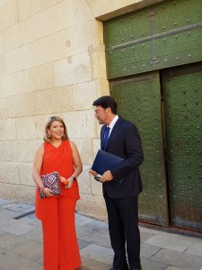 Luis Barcala y Mari Carmen Sánchez hablando antes de entrar al pleno de investidura / Alex Ferrer