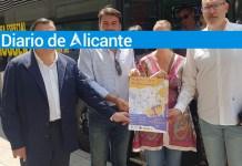 Luis Barcala junto a Mari Carmen de España y Manuel Villar mostrando el plano del recorrido de este Autobús Especial para las Hogueras 2019 / Alex Ferrer