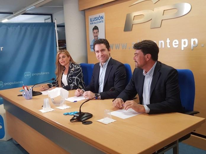 García Egea sonriente en la sede del PP de Alicante junto a Luis Barcala y Eva Ortiz / Alex Ferrer