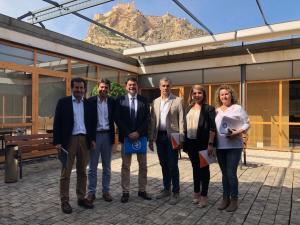 Los equipos negociadores del PP y Cs posandp con el Castillo de Santa Bárbara de fondo / PP Alicante
