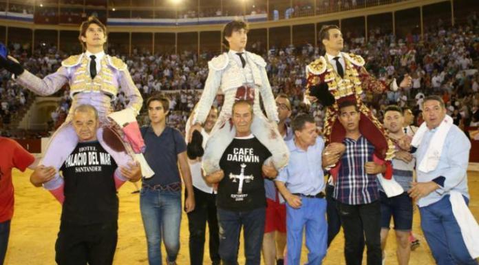 Castella, Rey y Manzanares saliendo a hombros de la Plaza de Toros de Alicante / Aplausos