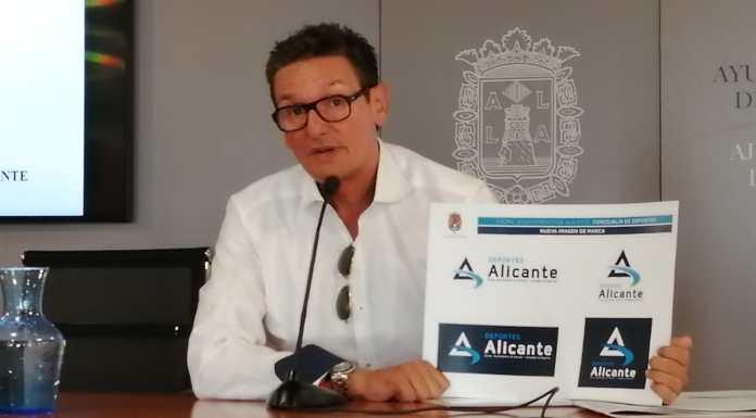 El edil de Deportes del Ayuntamiento de Alicante, José Luis Berenguer presentando el logotipo y lema nuevos de su concejalía / Ayuntam