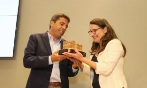 Mazón entregándole a Oltra una réplica de la Diputación de Alicante / Diputación de Alicante