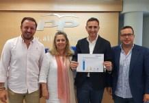 César Sánchez junto a Macarena Montesinos, Pablo Ruz y Agustín Almodóbar mostrando el gráfico de las iniciativas de los principales grupos en el Congreso / Alex Ferrer