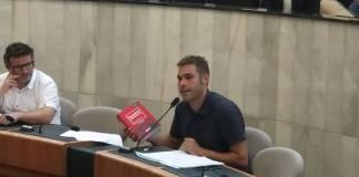 Gerard Fullana, diputado provincial de Compromís, mostrando un diccionario rojo en un pleno de la Diputación / Compromís