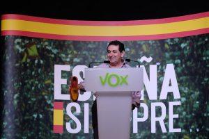 """Manuel Mestre mostrando el zapato """"`puramente español"""" en su mitin / Manuel Mestre"""