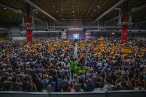 Panorámica del mitin de VOX en IFA, repleto de banderas de España / VOX