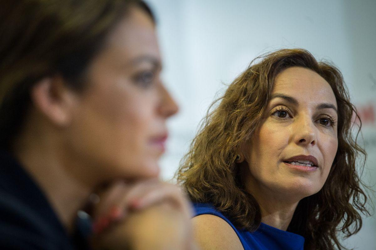 La senadora Olivia Delgado, en una rueda de prensa junto a la diputada Tamara Raya. / ANDRÉS GUTIÉRREZ