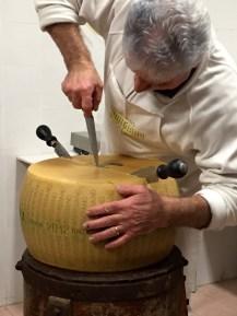 Abrindo um dos queijos já pronto