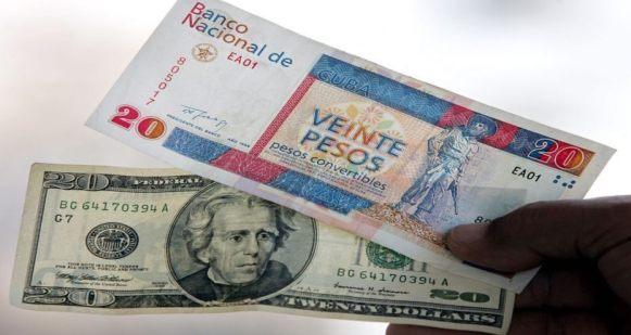 Un billete de CUC y otro de dólares.