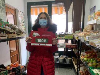 """María José de Apartamentos Casasturga ganadora de la papeleta en Frutería Chelo """"En Navidad compra en Jaraíz"""""""