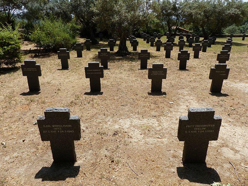 800px-Cementerio_Militar_Alemán_de_Cuacos_de_Yuste,_Cáceres,_España,_2017_13