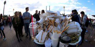 Un montón de basura plagada de vasos de papel no reciclables