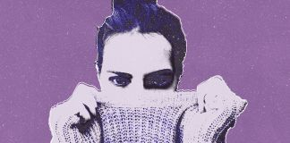 Mujer fondo violeta