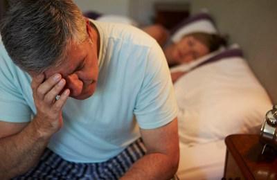 hombre sin poder dormir