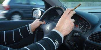 DGT, agenda, prohibir, fumar, volante,