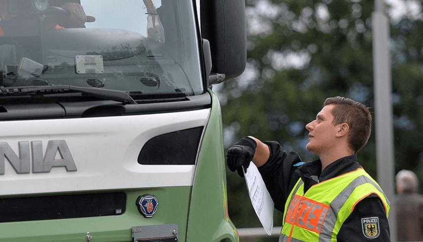 Aparca el camión en el carril de aceleración de la autopista para dormir la borrachera