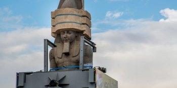 estatua, faraón, Ramsés II, traslado, lugar, grúa,