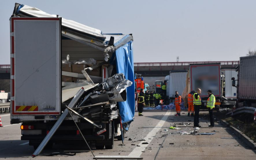 Dos heridos graves en la colisión de cuatro camiones. Fotos