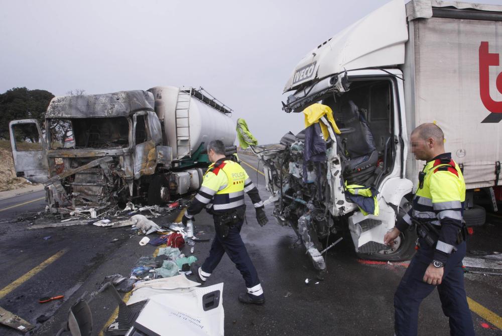 Dos camiones chocan de cara a la zona de obras de la N-II y uno de ellos se incendia. Fotos
