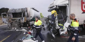 colisión, dos, camiones, frente, obras, incendio,