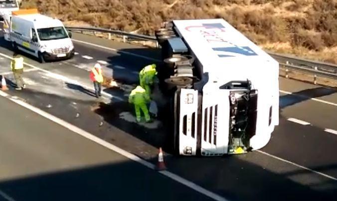 vuelco, camión, Rincón de Soto, carretera, cortada,