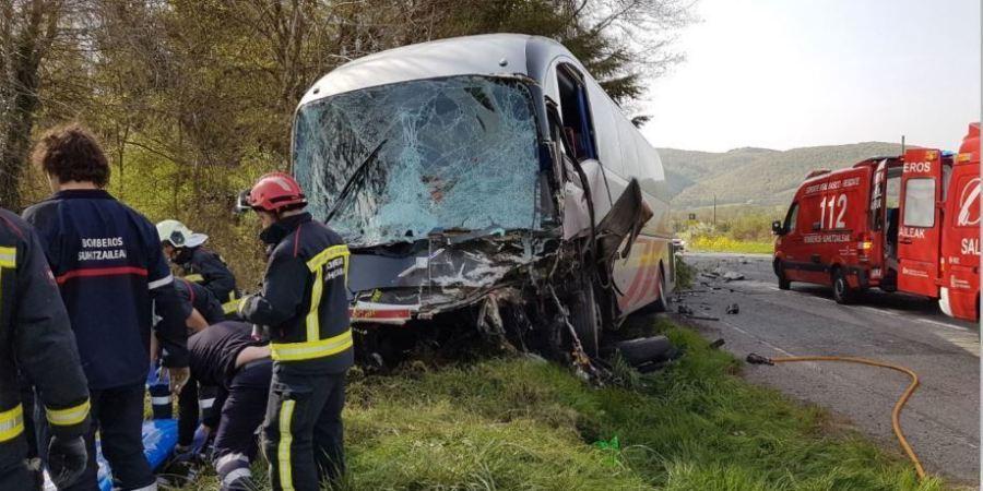 N-121-A, fallecido, heridos, autobús, choque, frontal, coche,