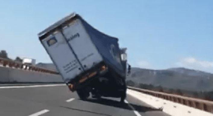 camión, vuelco, viento, Tarragona, vídeo