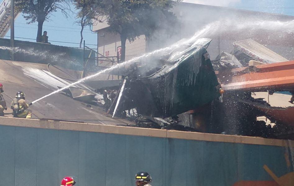 Impactantes imágenes de un camionero saliendo de su vehículo en llamas. Vídeo