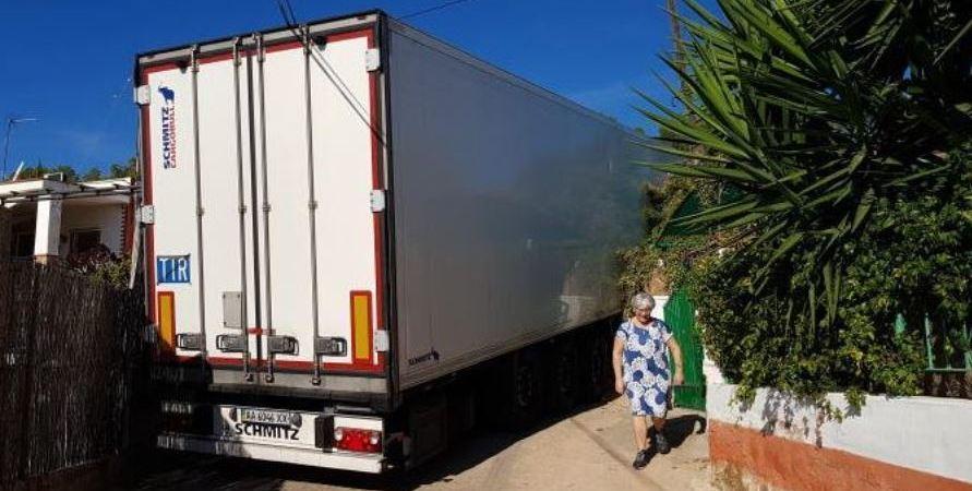 camión, encajado, camino, Sagunto, asilados, vecinos,