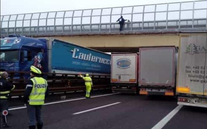 camiones, camioneros, colocan, debajo, puente, evitar, tire, persona,