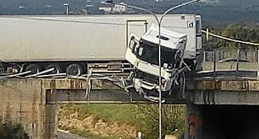 camionero, salir, cabina, suspendida, puente,