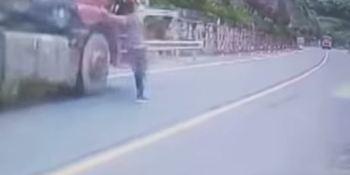 hombre, consigue, subirse, camión, fuera, control, evitar, choque, vídeo,