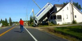 increíble, accidente, camión, termina, sobre, tejado, vídeo,