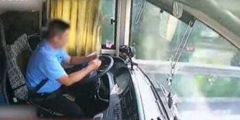 distracción, conductor, autobús, ocasiona, heridos, vídeo,