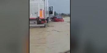 camionero, rescata, conductor, atrapado, inundación, vídeo,