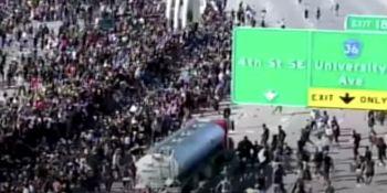 camionero, embiste, camión, manifestantes, EE.UU,