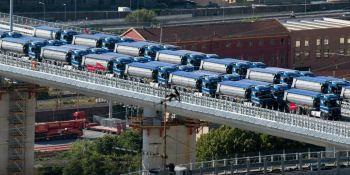 56 camiones cargados probaron la resistencia del puente de Genova.