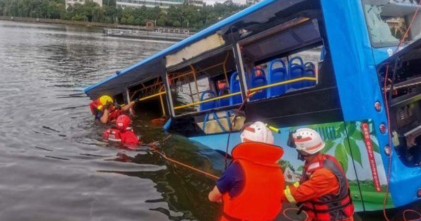 El conductor del autobus que hundió el vehículo en un lago en china estaba furioso