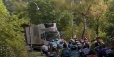 Un camión en dirección contraria al pelotón en una etapa del Tour de Luxemburgo