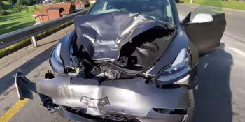 La rueda de un camión choca con un Tesla Model 3 sin herir al conductor