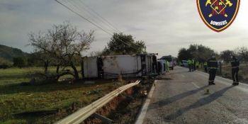 Fallece el conductor de un camión de basura en la colisión con un turismo