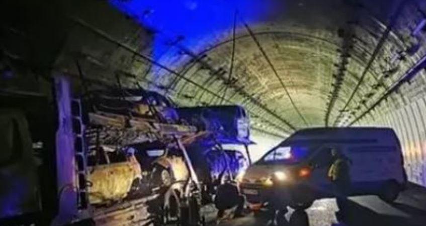 Continúa cerrado al tráfico el túnel de A Cañiza en sentido Ourense tras el incendio de un camión