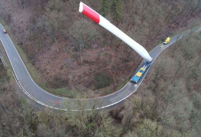 Imágenes de un camión que transporta una enorme pala de aerogenerador
